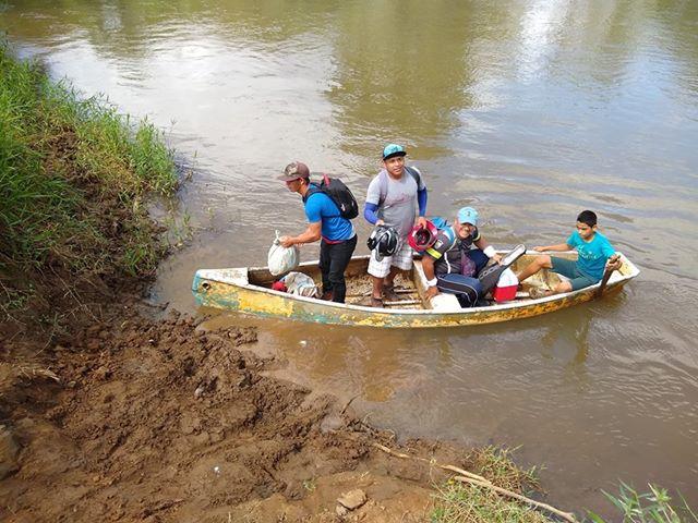 En Guatuso cruzan hasta un río para cumplir su sueño de jugar pelota