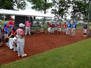 Los jugadores escuchan atentamente al entrenador Bell.